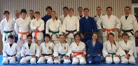 Gruppenbild der neuen Judo-Schülermentoren zusammen mit Lehrgangsleiter Rok Kosir und Manfred Beuchert