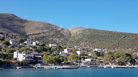 Auf den umliegenden Bergen drehen sich viele Windräder. Griechenland baut die Windenergie kontinuierlich aus, im Hafen von Lavrion beobachten wir seit Jahren den Umschlag von Anlagenteilen