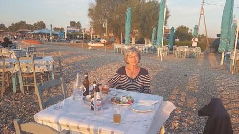Abendstimmung am Strand von Oropos, mit vielen Fischtavernen