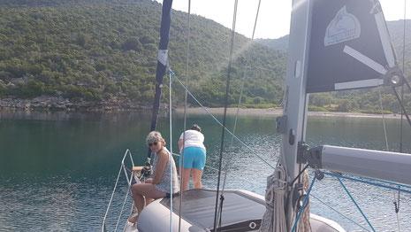 Vorschiffsmannschaft beim Ankermanöver (Bucht Peristera)