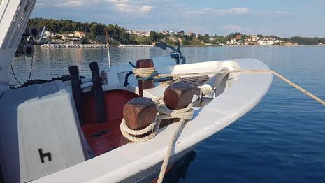 Hölzerner Doppelpoller auf einem traditionellen Fischerbooten
