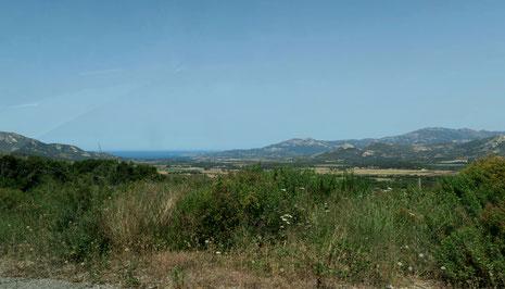 Hinter den Bergen die Nordwestküste Korsikas