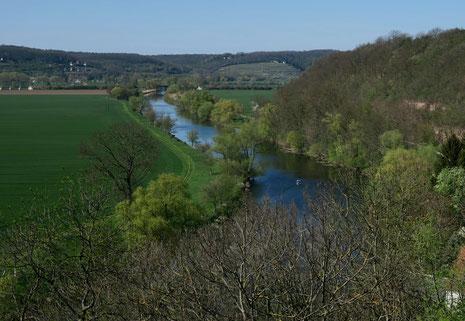 Wie der Fluß in Breit und Länge So manchen lustigen Nachen bewegt.