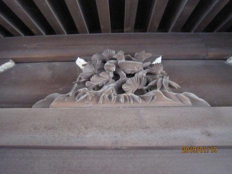 御扉の上の鳩の彫刻