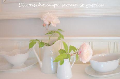Gut in Scene gesetzt. Dekoration im Shabby Chic auf einem alten Kaminsims. Sternschnuppe home & garden, Eichelhardt
