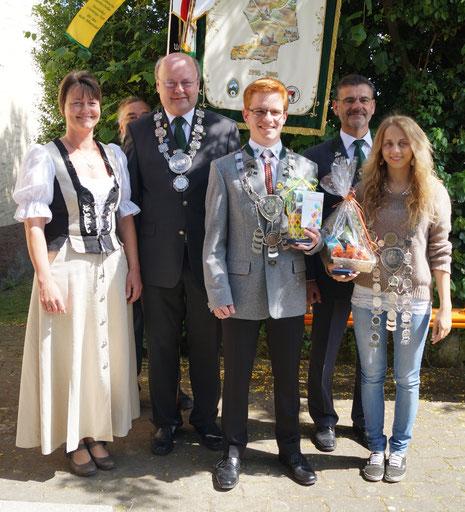 von links: stellv. gauschützenmeisterin Heidi Kugler, Gaukönig Helumt Baierl (Markt Erlbach), Gaujugendkönig Jakob Heubeck (Frimmersdorf), Gauschützenmeister Erwin Kaiser, Gaukönigin Tamara Brandl (BIrnbaum)