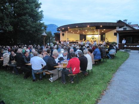 Der vollbesetzte Platz beim Musikpavillon Bad Häring
