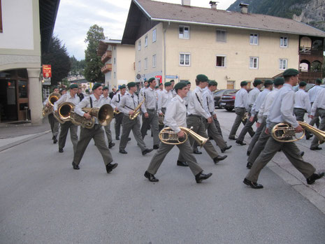 Die Militärmusik beim Einmarsch zum Militärkonzert durch Bad Häring - in der Bildmitte vorne der Jugendreferent der Knappenmusikkapelle Bad Häring Andreas Egger jun.