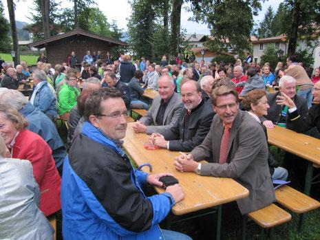 Bürgermeister Hermann Ritzer, Bezirkshauptmann HR Dr. Christian Bidner, Bezirkspolizeikommandant Oberstleutnant Walter Meingassner v.r. beim Konzert der Militärmusik Tirol in Bad Häring.