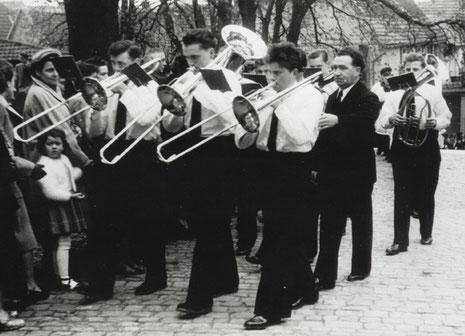 Weißer Sonntag 1955 - auf dem Weg zur Kirche