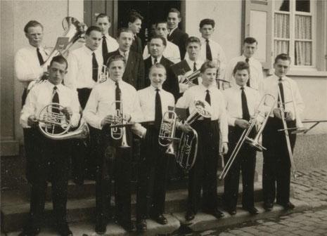 Weißer Sonntag 1955 - die Kolpingmusiker kurz vor ihrem ersten Auftritt