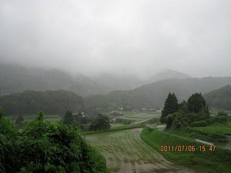 あたりは深い霧で蔽われることが多い今年の梅雨。この方角30km先に玄海原発がある。