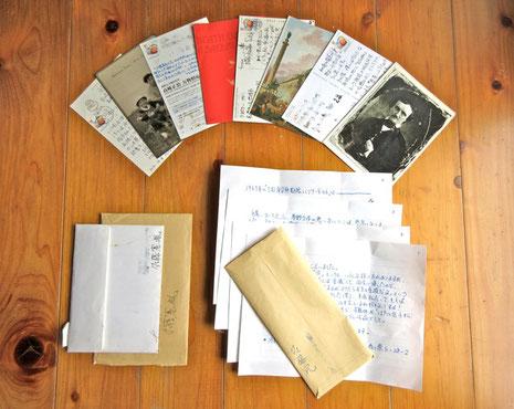 佐藤さんから来たこれまでの手紙と葉書(右下:受賞後の今回の手紙)