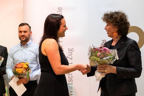 Judith Baumberger mit der Preisträgerin Martina Moos