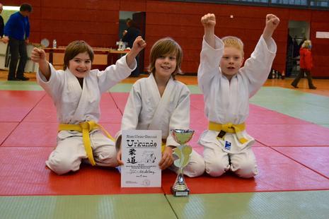 JSC U10 Judokids mit dem Siegerpokal