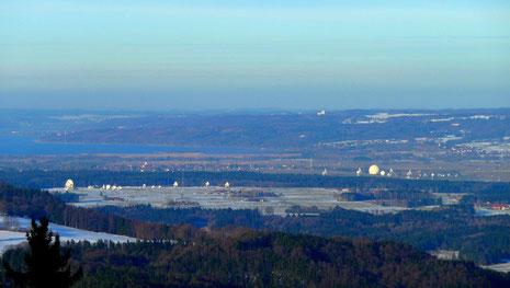 Blick vom Peissenberg auf  die Bodenstationen von Raisting (rechts) und Lichtenau (links)