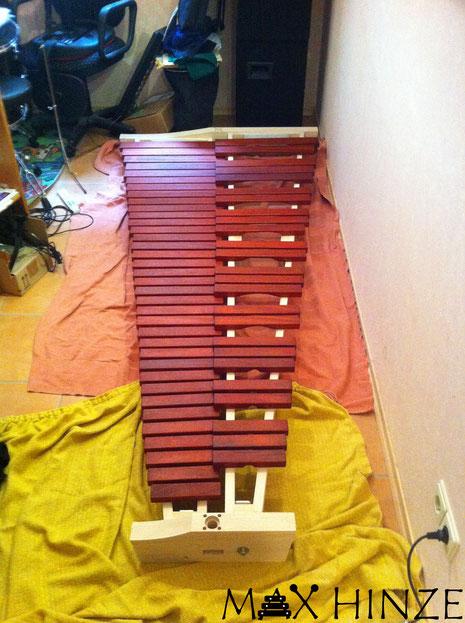 Klangplatten zum Test auf Rahmen gelegt, Max Hinze selbst gebautes Marimba selbstgebautes Marimbaphon DIY
