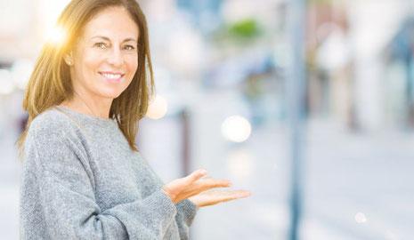 Frau mittleren Alters macht eine einladende Geste zum Event von Dagmar Heib Marketing Zoom am 30. Juli 2021 in der Inselhalle Lindau