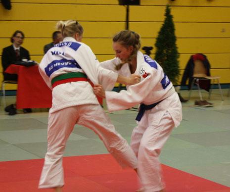 Chiara-Sue Pätzold (li.) hat die Gegnerin fest im Griff und versucht eine Innensichel zu werfen.