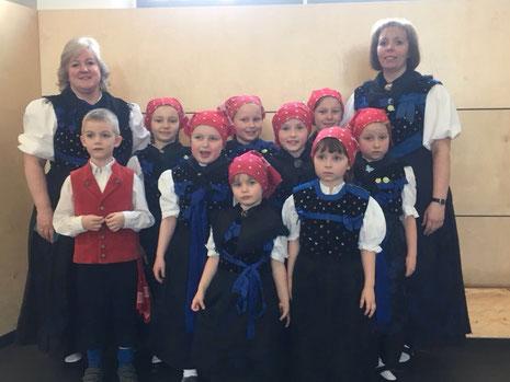 Unsere kleine Abordnung beim Kinder- und Jugendtanzfest in Lauterbach mit ihren Tanzleiterinnen Gudrun Pfeifle und Marion Reich