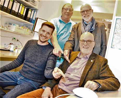 Nach der Installation durch (v.l.) Christian Reese gehört Apotheker Ulrich Grothe zu den ersten Freifunkern – von dem öffentlichen WLan überzeugten sich auch die Gemeindevertreter Gerhard Boll und Johann Hansen.