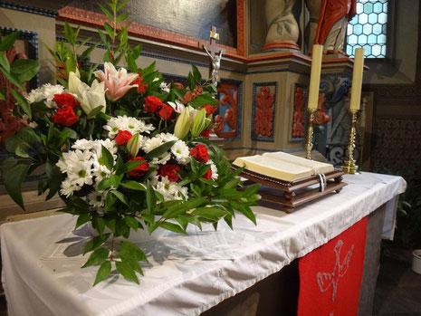Der Altar der Mengeringhäuser Kirche - für das Fest der Konfirmation geschmückt.