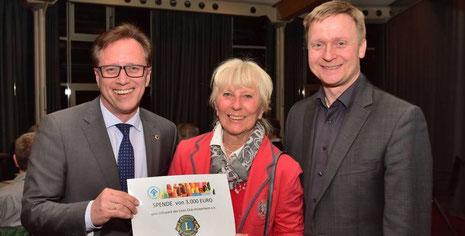 Für Chancengleichheit: Lions-Präsident Ralph Schlusche (v. l.) übergibt Barbara Itschner und dem KSB-Vorsitzendem Thomas Birkenmaier die Spende.