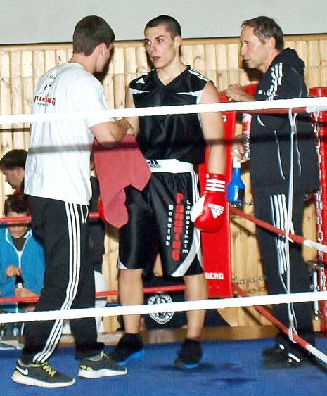 Deyan Markov (Mitte) in der Rundenpause mit seinen Trainern Alexander (links) und Kurt Klotz.