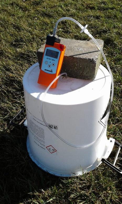 Ammoniakmessung auf dem Grünland - vom Praktiker selbst vorgenommen. Bild: Dr. Peter Hamel