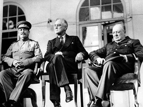 Der sowjetische Diktator Stalin, US-Präsident Roosevelt und der britische Premierminister Churchill auf der Konferenz von Teheran 1943.