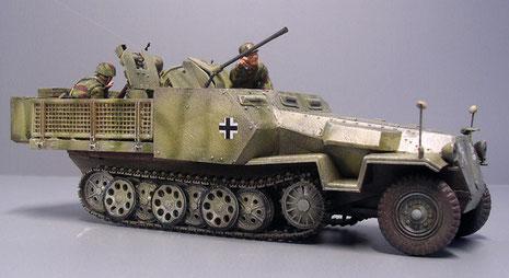 Die frühe Version des Sdkfz 251/17: Motorraum und Fahrerkabine sind umpanzert, die 2cm Flak steht auf einer offenen Plattform.