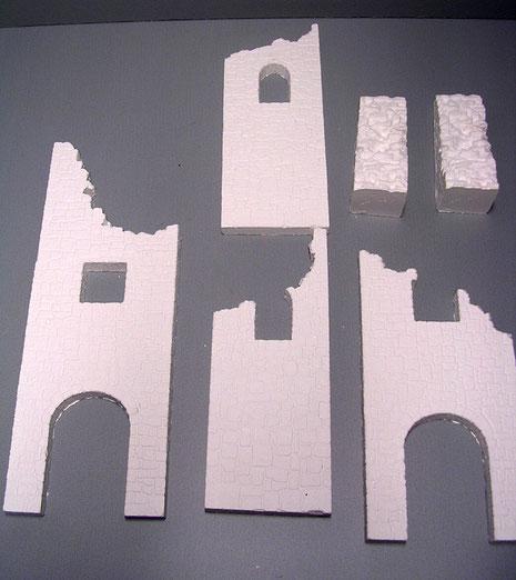 Der Bausatz aus Giesskeramik für einen mittelalterlichen Ruinenturm