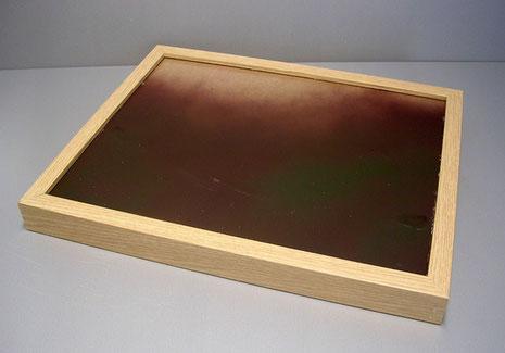 Ein Holzrahmen wird als Grundlage für die spätere Brackwasserfläche eingefärbt.