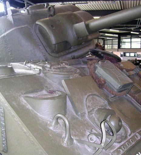 Sherman M4 mit gesprengtem Turm. Beachte die Zusatzpanzerplatten vor den Fahrerplätzen.