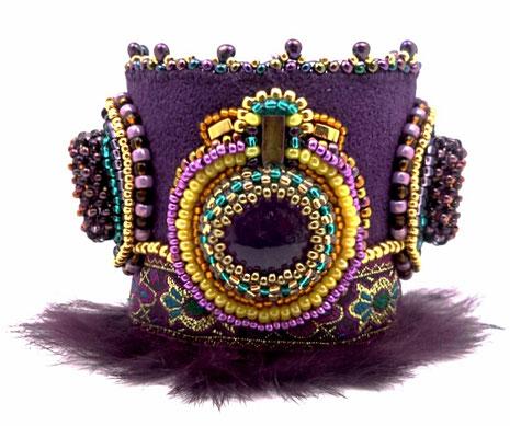 photo d'un bracelet manchette violet or et jaune brodé avec cabochon en améthyste et fourrure