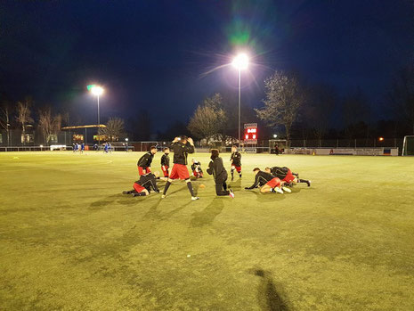 Vor dem Spiel war noch alles soweit in Ordnung. Die Spieler beim warmmachen. Foto: Mathias Merk