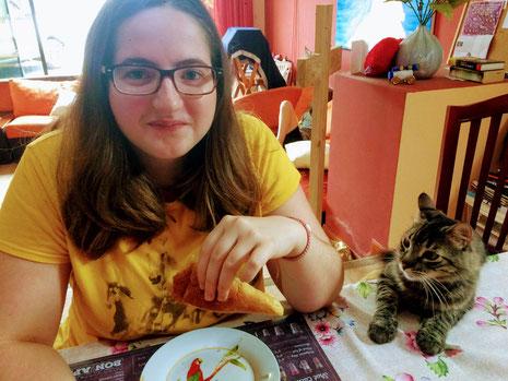 Corina fühlt sich sicher zuhause und genießt einige ergatternde Brötchen