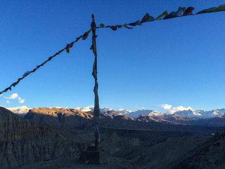 Sonnenuntergang über den Bergen der Annapurna- und Nilgirigebirgskette