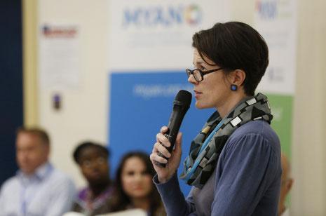 Dr. Alexandra Leipold stellt die Arbeit der KAUSA-Servicestelle Bonn/Rhein-Sieg bei der Konferenz in Melbourne vor.