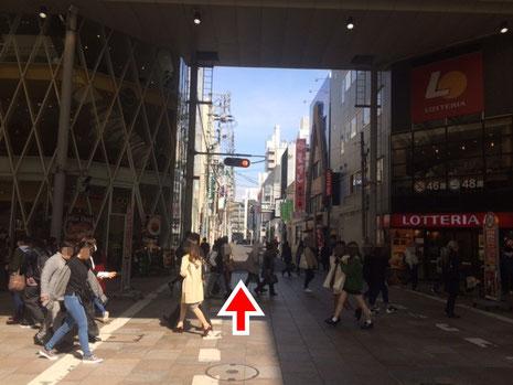 本通り交差点。iPhoneアイフォン修理なら広島市中区紙屋町本通り近くのミスターアイフィクスで