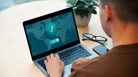 Wer ins Internet geht, wird auch getrackt. Zwar gibt es Tools, die gegen Tracking wirken – einen vollständigen Schutz gibt es aber nicht. (Bild: Fotografiert von Dan Nelson. Credits: unsplash.com)