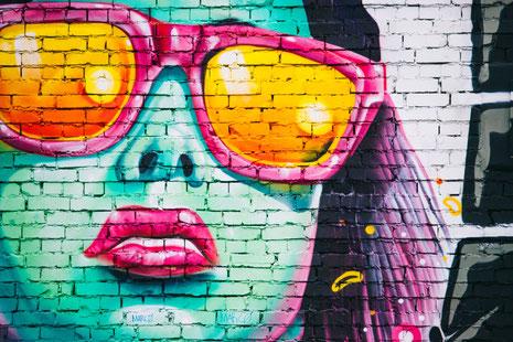 Kunstmarken sind Luxusmarken zur Ausstaffierung von Identität und zur Distinktion gegenüber anderen. (Quelle: Alex Holyoake by Unsplashed)