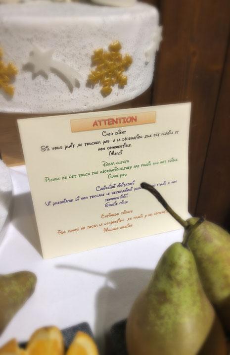"""Übersetzung: """"Bitte berühren Sie nicht die Decoration. Sie ist empfindlich und nicht essbar. Danke"""""""