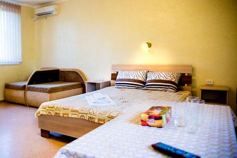 В номере: двухспальная кровать, тумбочки, шкафы, кондиционер, телевизор, холодильник, чайник,сейф, wi-fi. Туалет, умывальник, душевая кабинка - в номере.