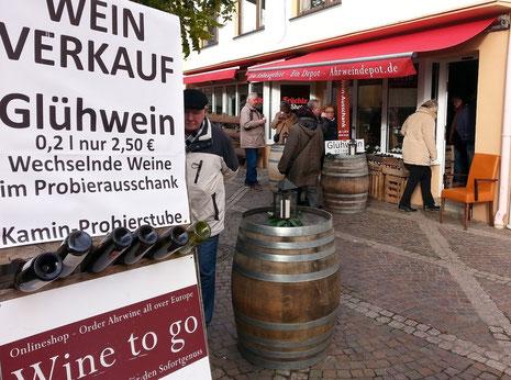 Das Ahrweindepot direkt an der Kirche am Ahrweiler Marktplatz bietet Ihnen Glühwein und Ahrweine im Ausschank an.