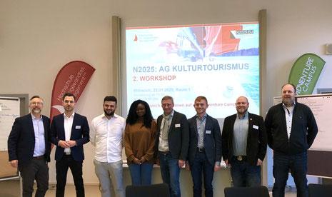 Prof. Dr. Joel Schmidt mit Studierenden, Mathias Meyer, Max Gagsteiger, Simon Sulk und Dr. Mario Bloier (v.l.n.r)