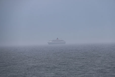 Dank Telezoom deutlich zu sehen: Queen Mary 2 überholt AIDAsol