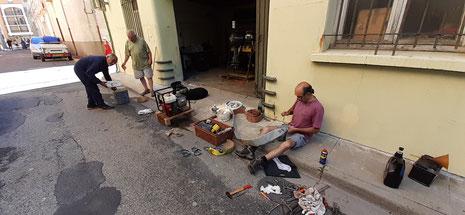 La rue investie pour la préparation des manches de refoulement