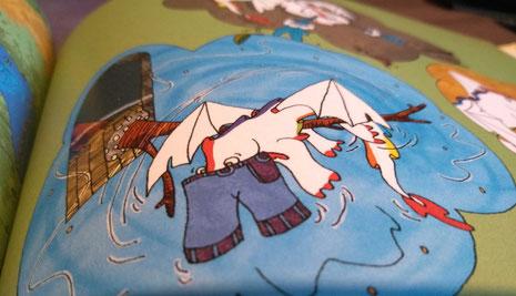 Aperçu de Liharina la dragonette empêtrée dans un jean sur une page de l'album jeunesse Le rhume de Liharina la dragonette illustré par Cloé Perrotin