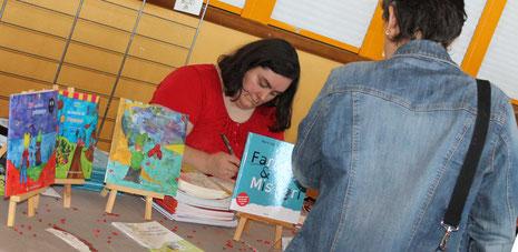 L'illustratrice Cloé Perrotin dédicace sur son stand au Salon du Livre de Châtillon-sur-Chalaronne 2017
